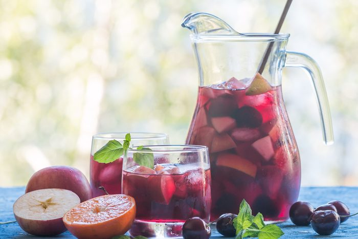 showing how to make sangria