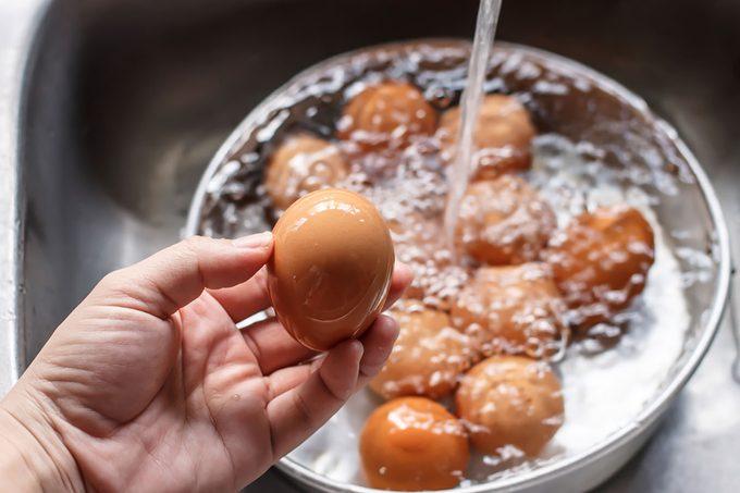 Washing fresh eggs