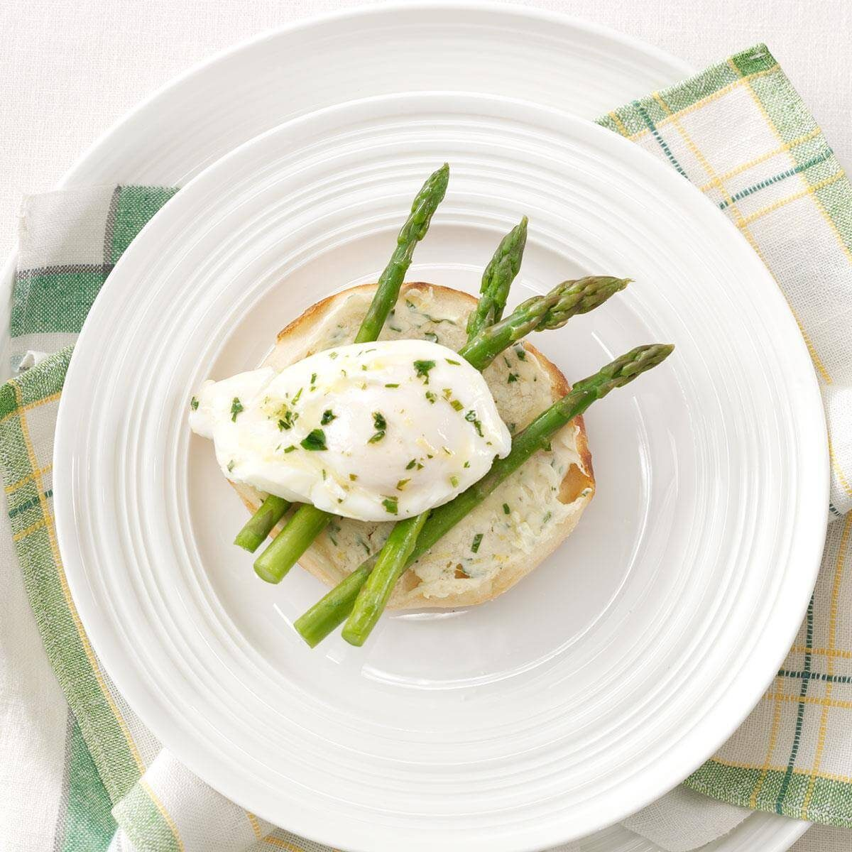 Poached egg with asparagus and lemon
