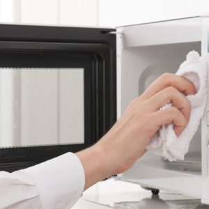 cleaning the microwave oven