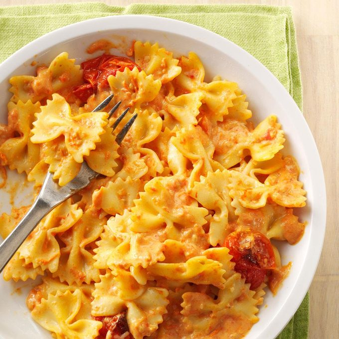 Pasta With Roasted Garlic Tomatoes Exps167888 Th143190a09 27 6bc Rms 2