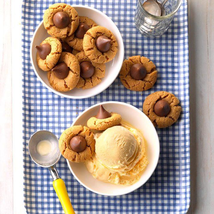 Peanut Butter Kiss Cookies Exps Ucsbz17 21640 A05 25 6b 3