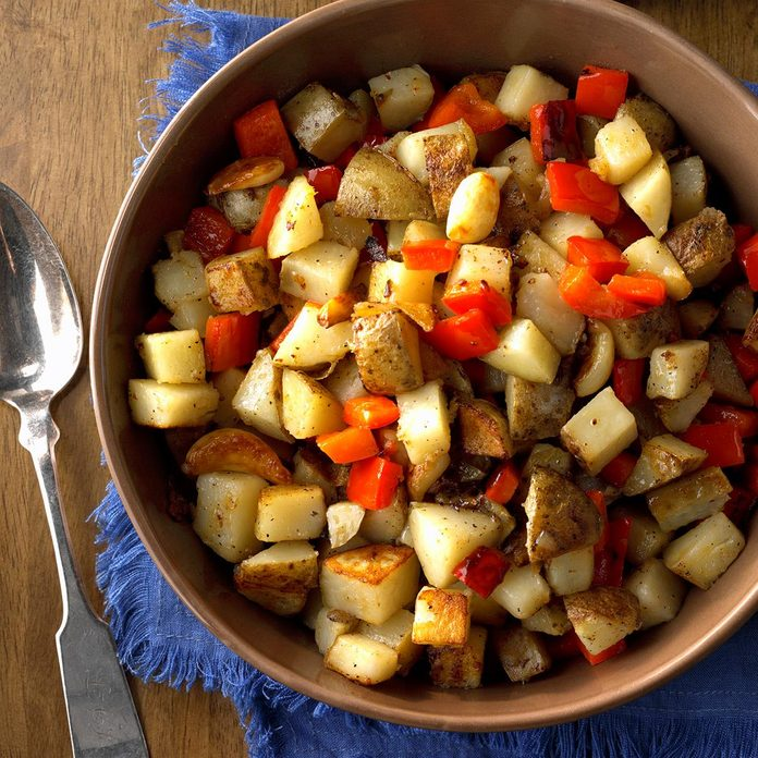 Skillet Potatoes With Red Pepper And Whole Garlic Cloves Exps Hca18 111827 C11 02 5b 5