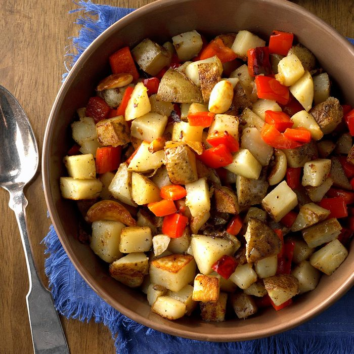 Skillet Potatoes With Red Pepper And Whole Garlic Cloves Exps Hca18 111827 C11 02 5b 7
