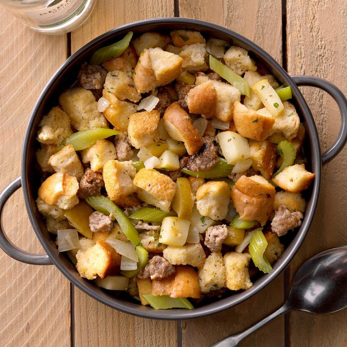 Slow Cooked Sausage Dressing Exps Tohon19 38463 B06 19 5b