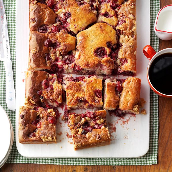 Spiced Cranberry Crisp Cake Exps Thjca17 159517 C09 15 1b 4