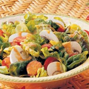 Salad with Tomato-Green Pepper Dressing