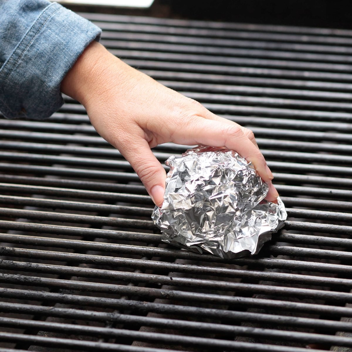 Wiping grill with ball of foil