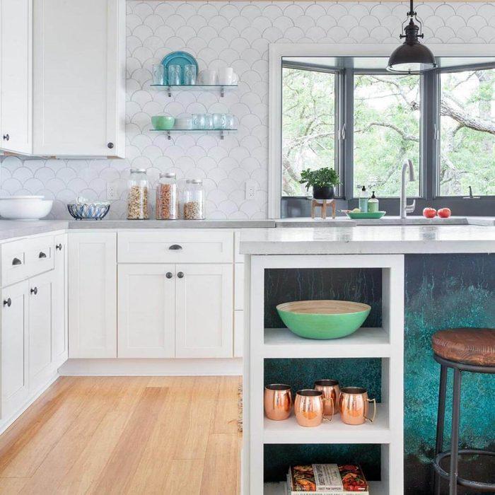 Kitchen with a white, fish scale pattern backsplash