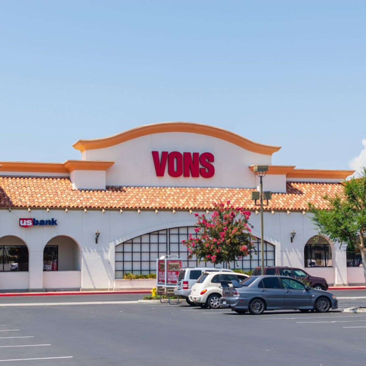 Vons grocery store entrance and parking lot with pharmacy and USA Bank inside.