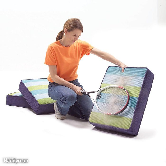 Dusting cushion with tennis racket