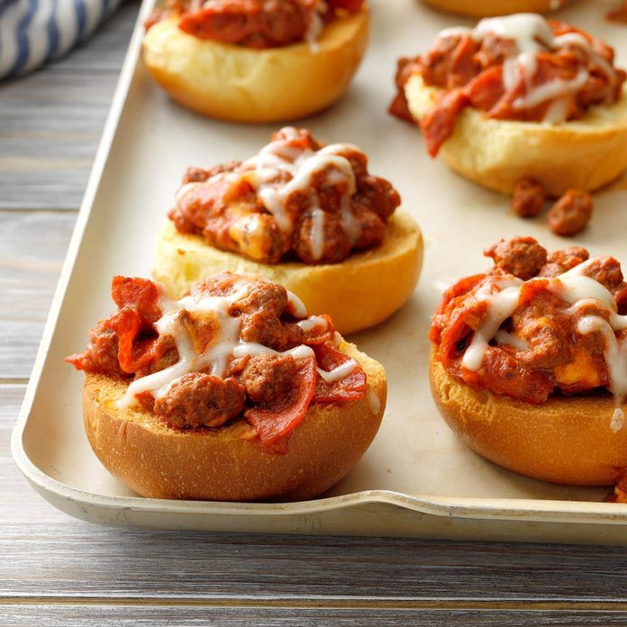 Cheesy Pepperoni Buns Exps Tohca19 53665 B03 12 8b Rms 1