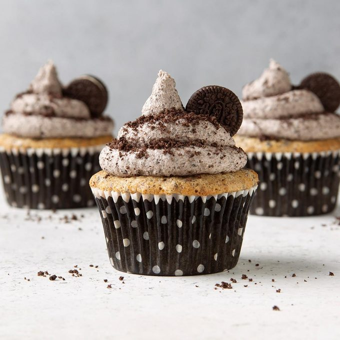 Oreo Cupcakes With Cookies And Cream Frosting Exps Ft19 247265 F 1203 1 5