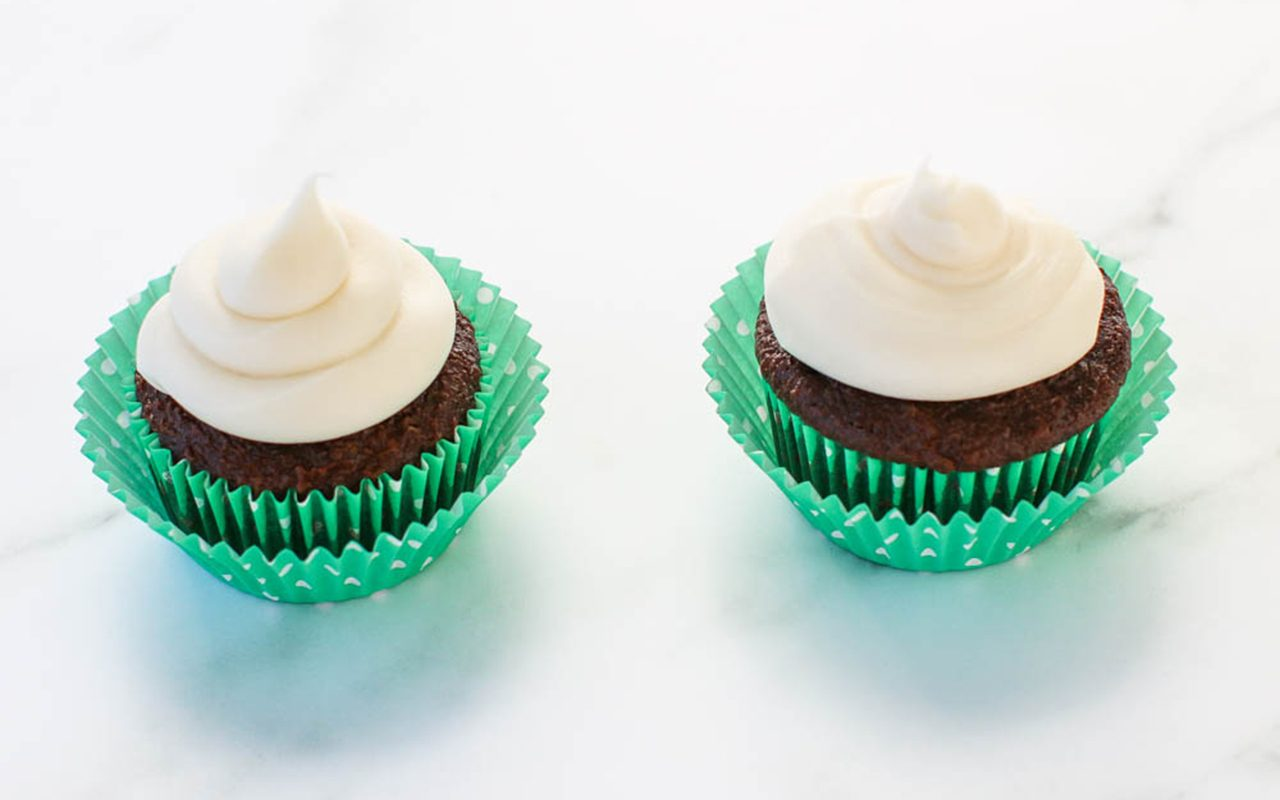 two styles of frosting with ziploc bag