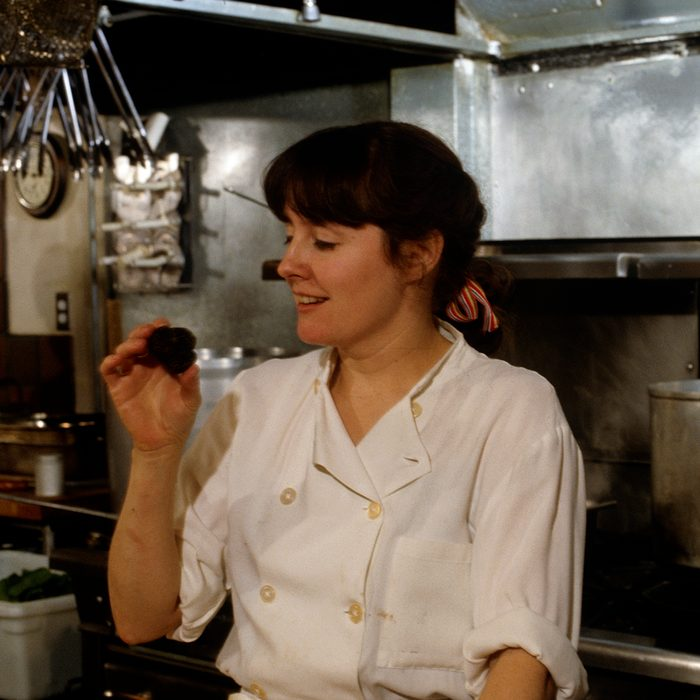 American chef and restaurateur Alice Waters at work in the kitchen of her restaurant, Chez Panisse, Berkeley, California, 1982. (Photo by Susan Wood/Getty Images)