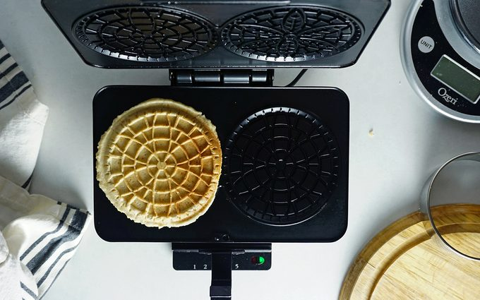 stroopwafel cooking in pizelle iron