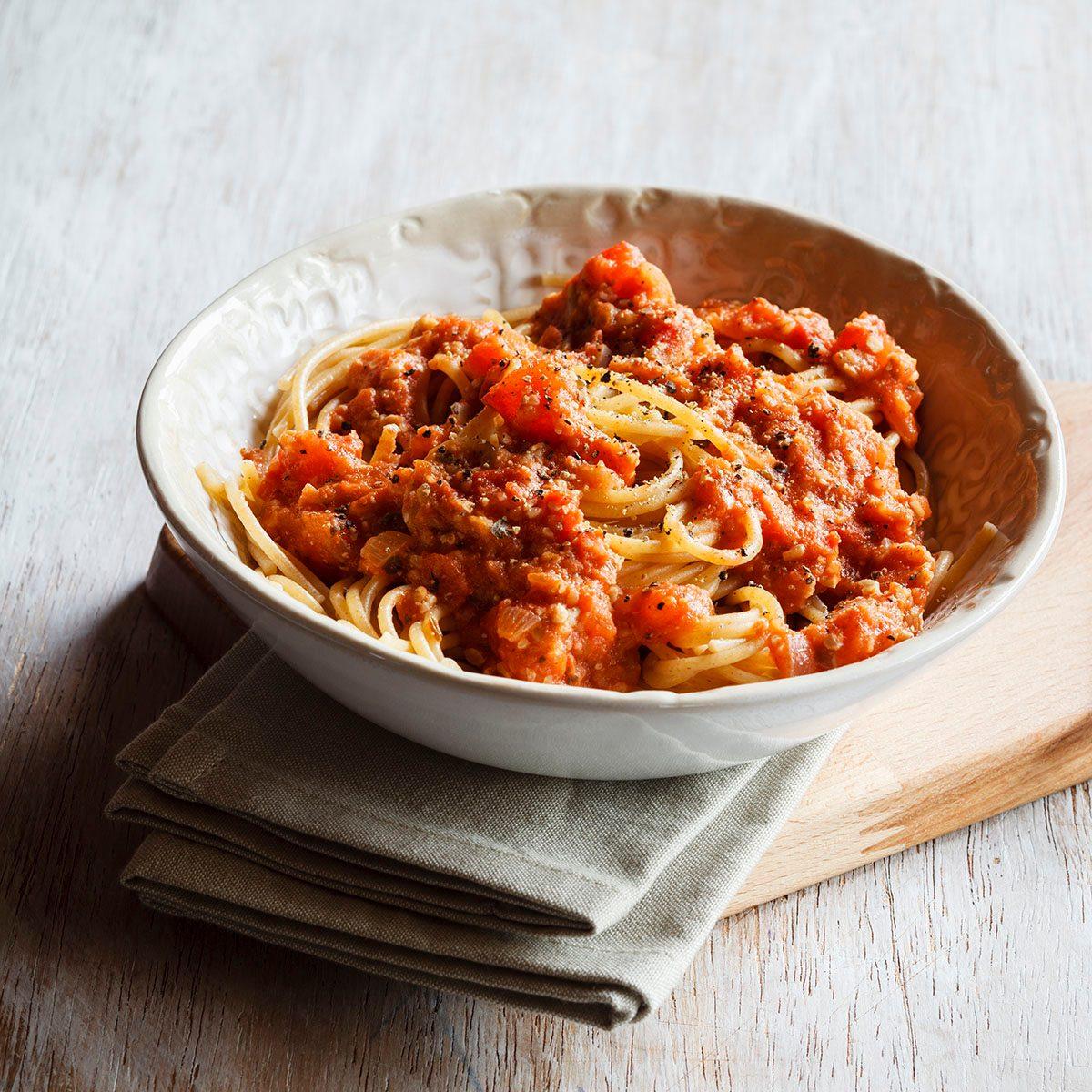 Studio, Vollkorn-Spaghetti mit veganer Bolognese aus Grünkern und Sonnenblumensamen