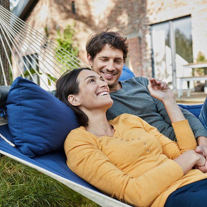 Deutschland, Hamburg, Lifestyle, Familie, Paar in Hängematte vor Einfamilienhaus, Immobilie
