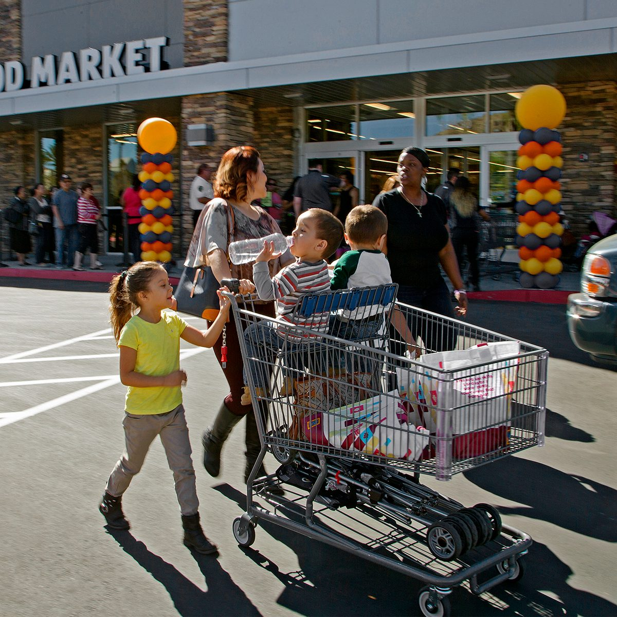 MORENO VALLEY, CA - MARCH 24: Shoppers leave with a full grocery cart as crowds wait in line to get into Aldi food market during the grand opening on March 24, 2016 in Moreno Valley, California. Aldi is opening its first 8 stores in Southern California.(Photo by Gina Ferazzi/Los Angeles Times via Getty Images)