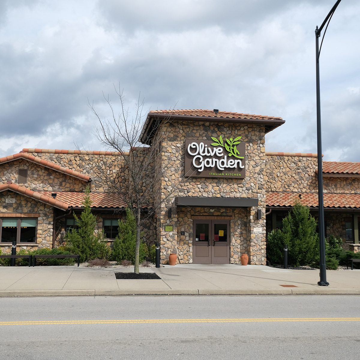 CINCINNATI, OH - MARCH 20: Olive Garden offers carry out only due to the Coronavirus outbreak on March 20th, 2020 in Cincinnati, OH. (Photo by Ian Johnson/Icon Sportswire via Getty Images)