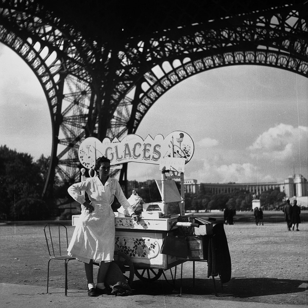 FRANCE - CIRCA 1950: Paris. Ice-cream seller in the Eiffel tower. (Photo by Roger Viollet via Getty Images)