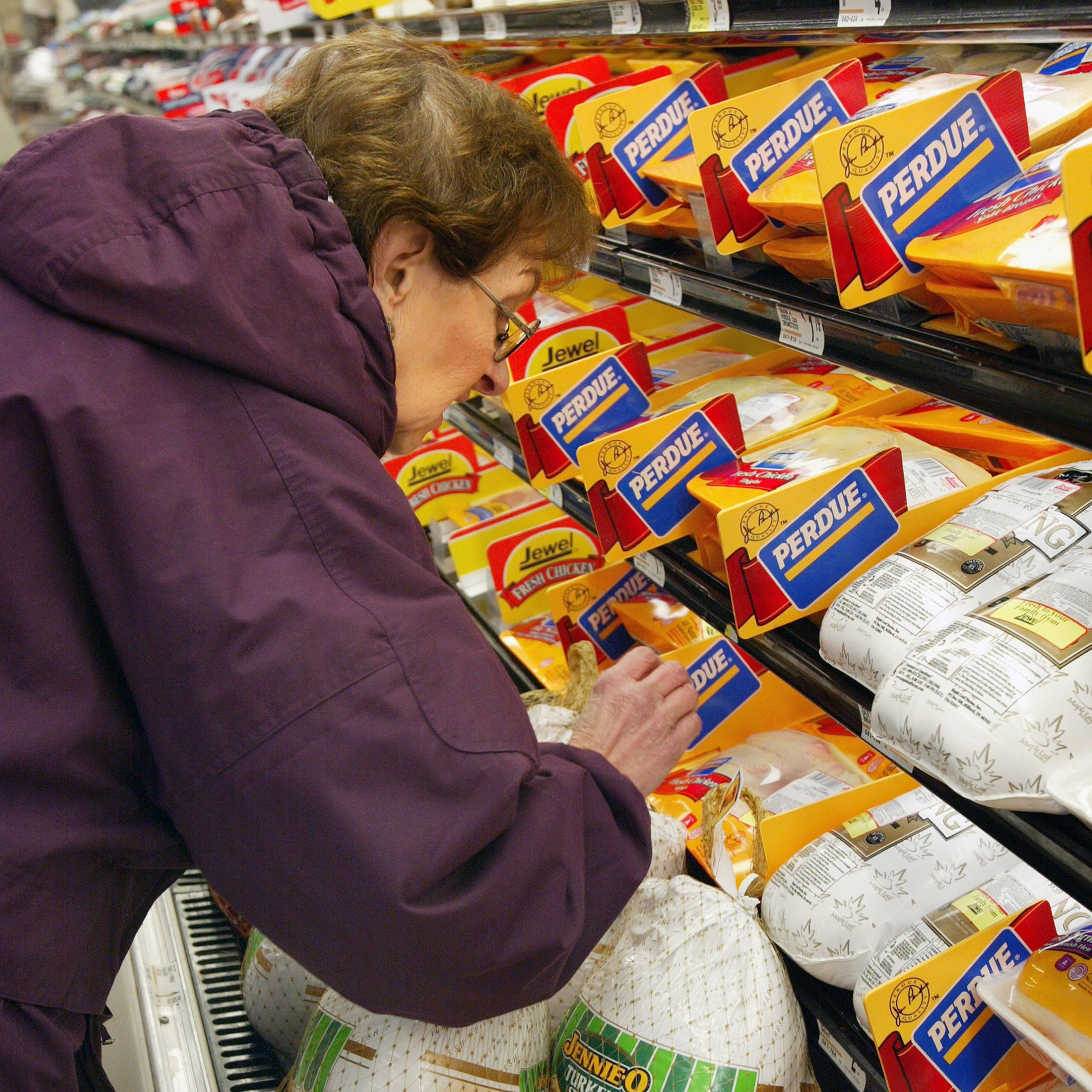 DES PLAINES, IL - NOVEMBER 26: Bess Tinaglia shops for a turkey November 26, 2002 at a Jewel-Osco food store in Des Plaines, Illinois. With Thanksgiving just two days away, supermarket shoppers are busy with their last-minute needs. (Photo by Tim Boyle/Getty Images)