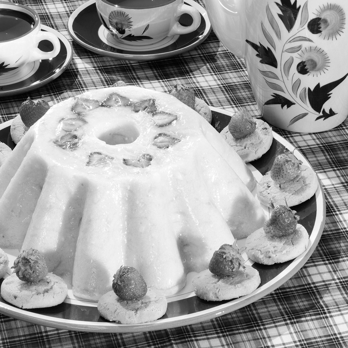 1950s PECAN SANDIES COOKIES AROUND JELLO MOLD WITH STRAWBERRIES DESSERT AND CUPS OF COFFEE (Photo by L. Fritz/ClassicStock/Getty Images)