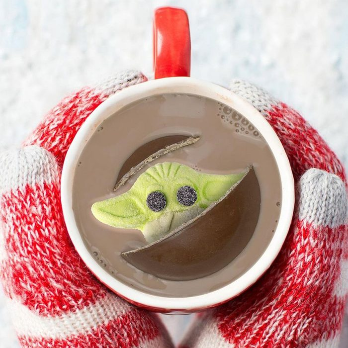 galerie-star-wars-the-mandalorian-the-child-holiday-milk-chocolate-with-marshmallow-hot-cocoa-bomb