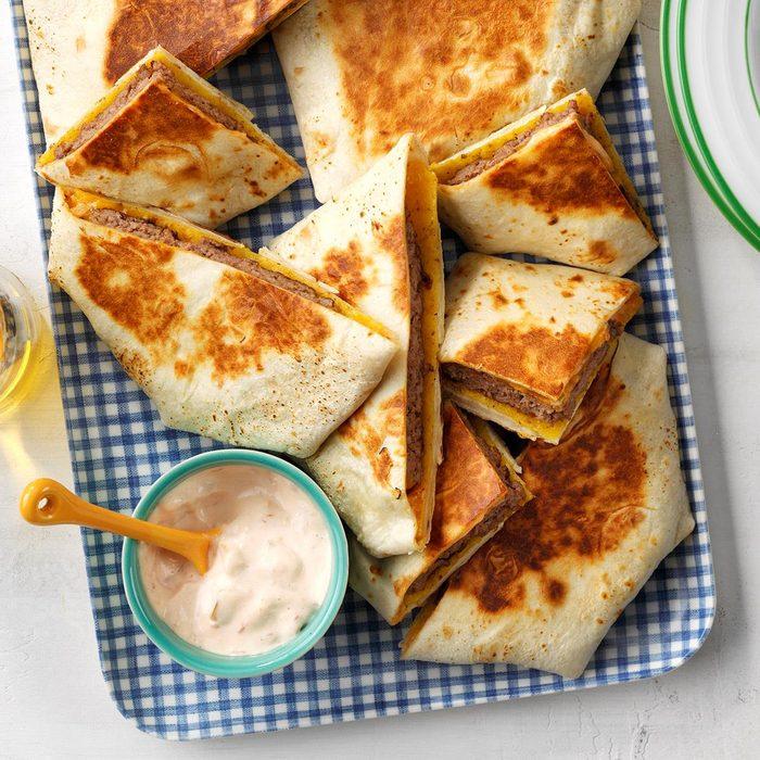 Crunchy Burger Quesadillas  Exps Tohas21 211137 E04 14 3b 2