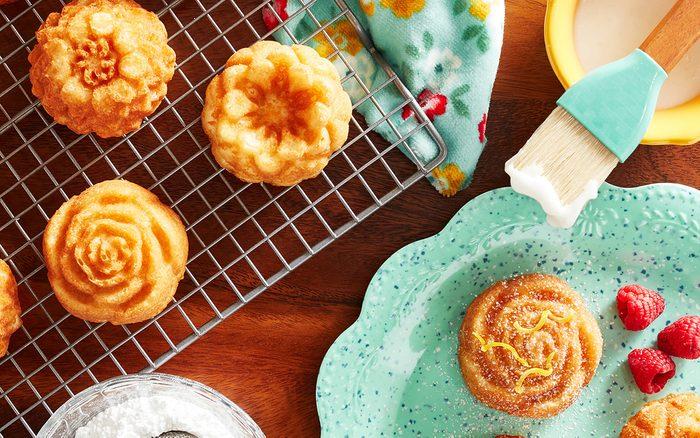 Pioneer Woman Metal Bakeware The Pioneer Woman Floral Nonstick Cast Cakelet Pan Hero