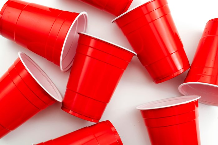 red solo cups for pouring drinks using solo cup measurements
